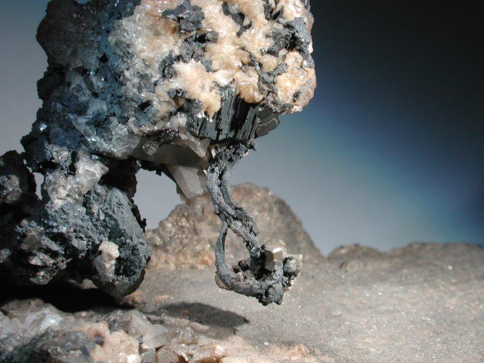 Samorodno srebro, pirit in kremen, Kongsberg, Norveška, 45 x 45 mm, zbirka Prirodoslovni muzej Slovenije. Foto: Miha Jeršek